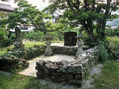 Priest Tokuhon Monument and Ebisu Statue
