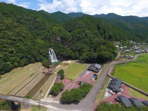 紀宝町の滝で川遊び